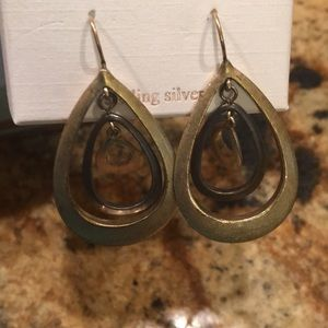 Jewelry - Pair of dangling earrings
